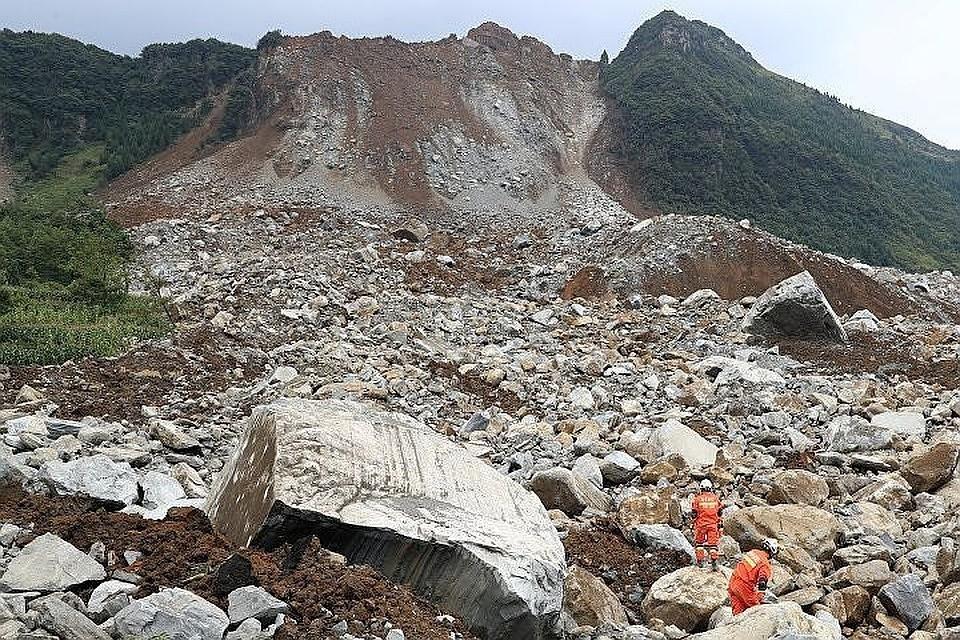 Пять человек погибли из-за горного обвала.