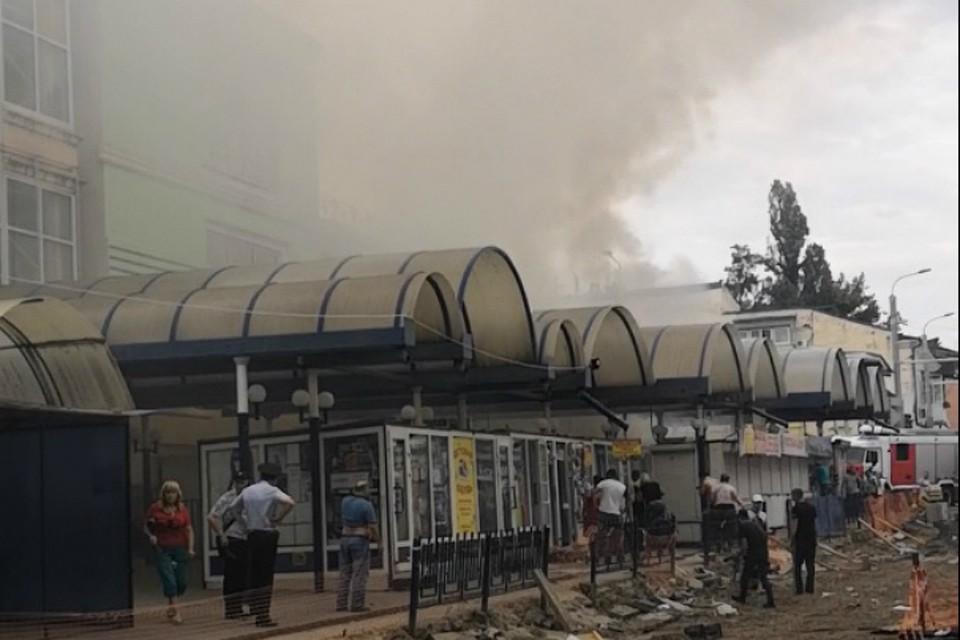 Пожар охватил сразу несколько ларьков. Фото: скрин с видео: ВК/Диана Джаноян.