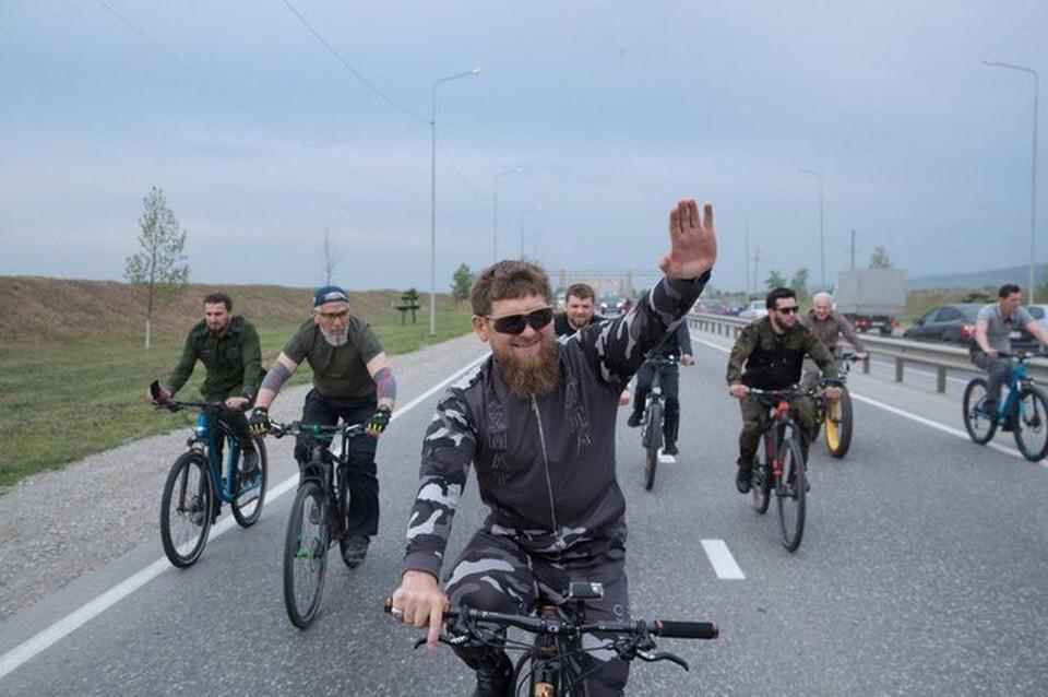 Кадыров часто ездит по республике на велосипеде.