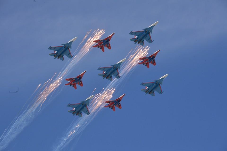 Многоцелевые истребители Су-30СМ пилотажной группы «Русские Витязи» и МиГ-29 пилотажной группы «Стрижи»