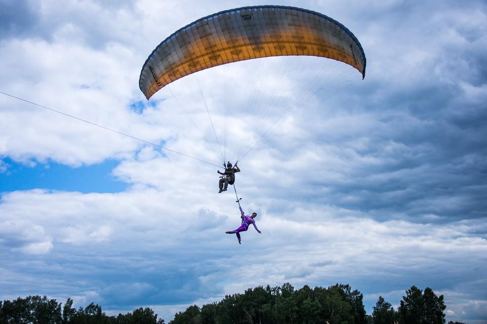 Орлов поднял гимнастку на высоту 600 метров.