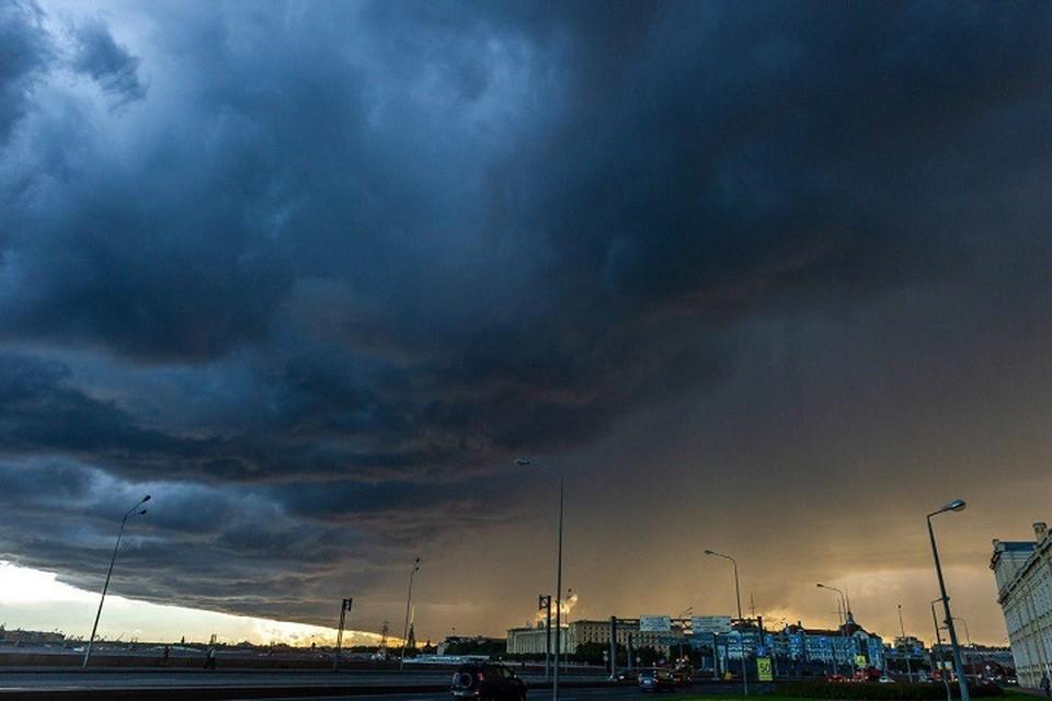 МЧС предупредило петербуржцев о грозе во вторник, 2 июля.
