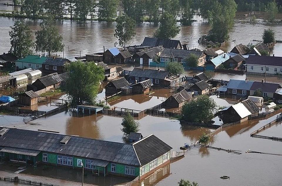 """""""Ищу свой дом!"""": в пострадавшем от наводнения Тулуне местные жители вместе ищут уплывшее жилье и вещи"""