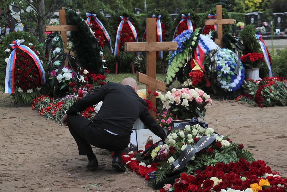Мужчина заново похоронил свою семью, а мать отправил на тот свет живой.