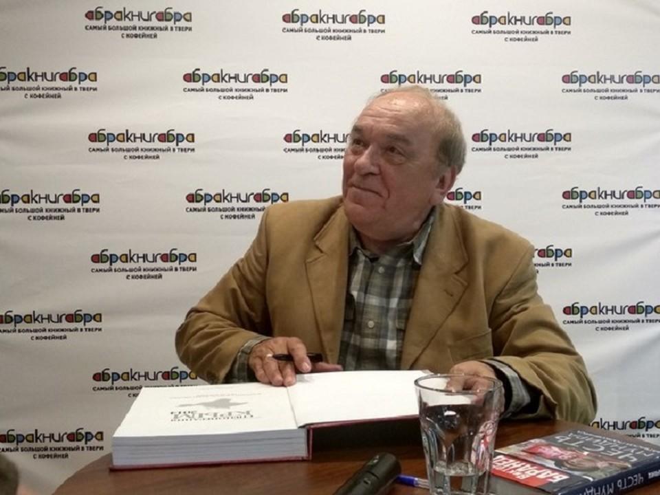 После презентации книги Виктор Николаевич устроил автограф-сессию