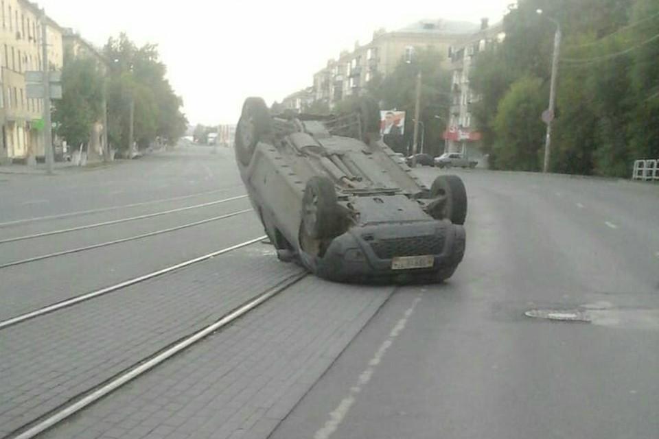 Авария случилась в час ночи, но машина пролежала на крыше до раннего утра.