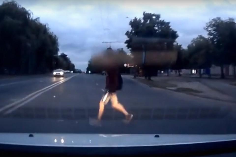 Парень шел по пешеходному переходу в наушниках. Фото: стоп-кадр.