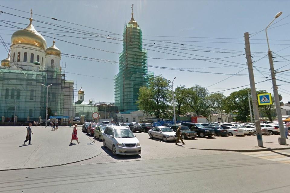 Раньше Соборная площадь представляла из себя сплошную парковку.