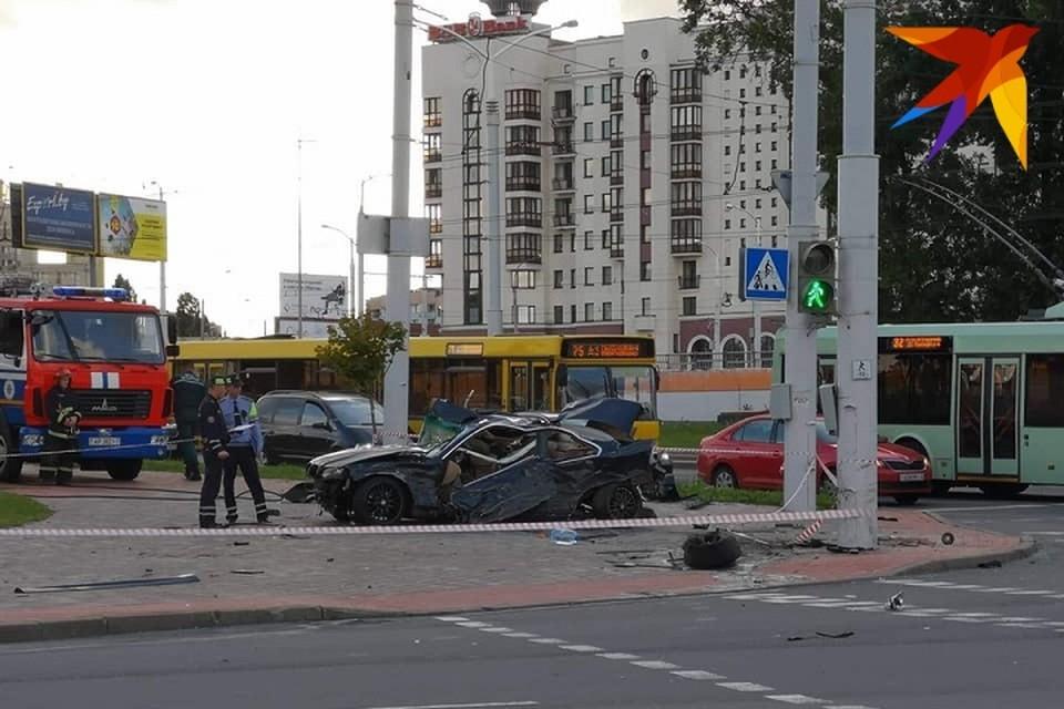 Водитель BMW не справился с управлением на перекрестке.