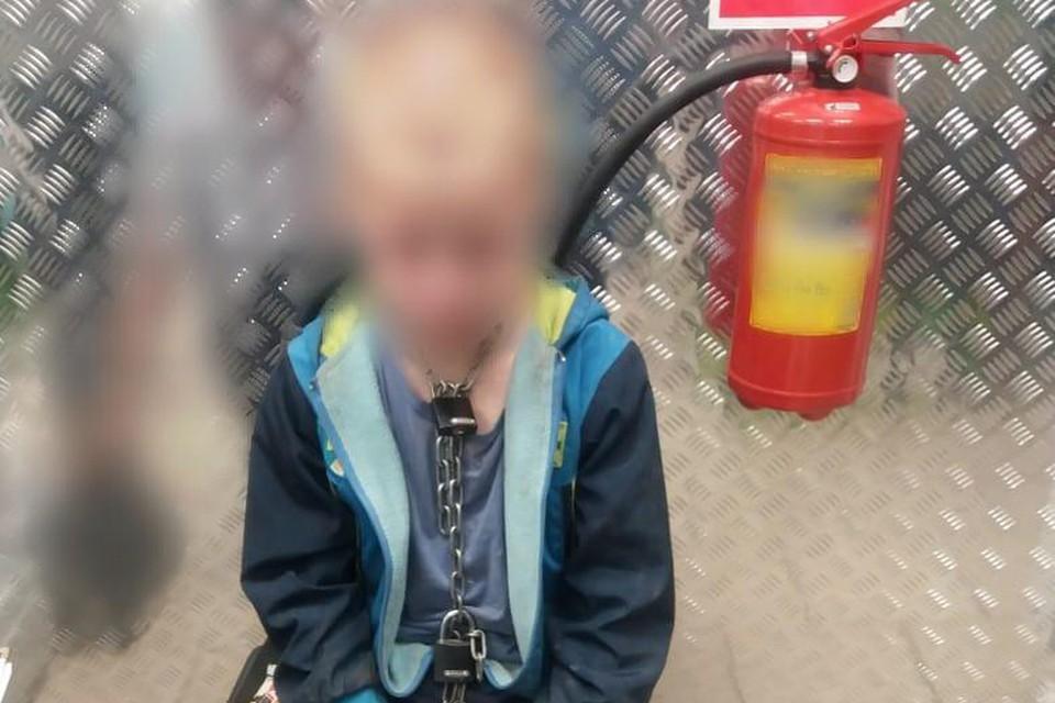 Мальчик, которого отец посадил на цепь