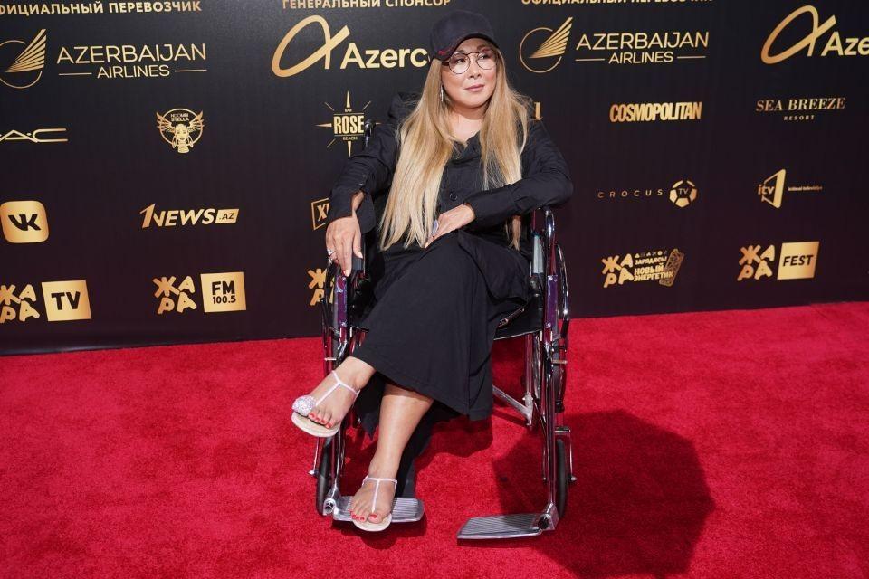 Аниту Цой выкатили на красную дорожку на инвалидном кресле
