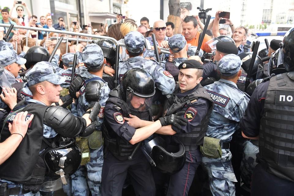 Журналист Роман Голованов изнутри посмотрел на несанкционированный митинг