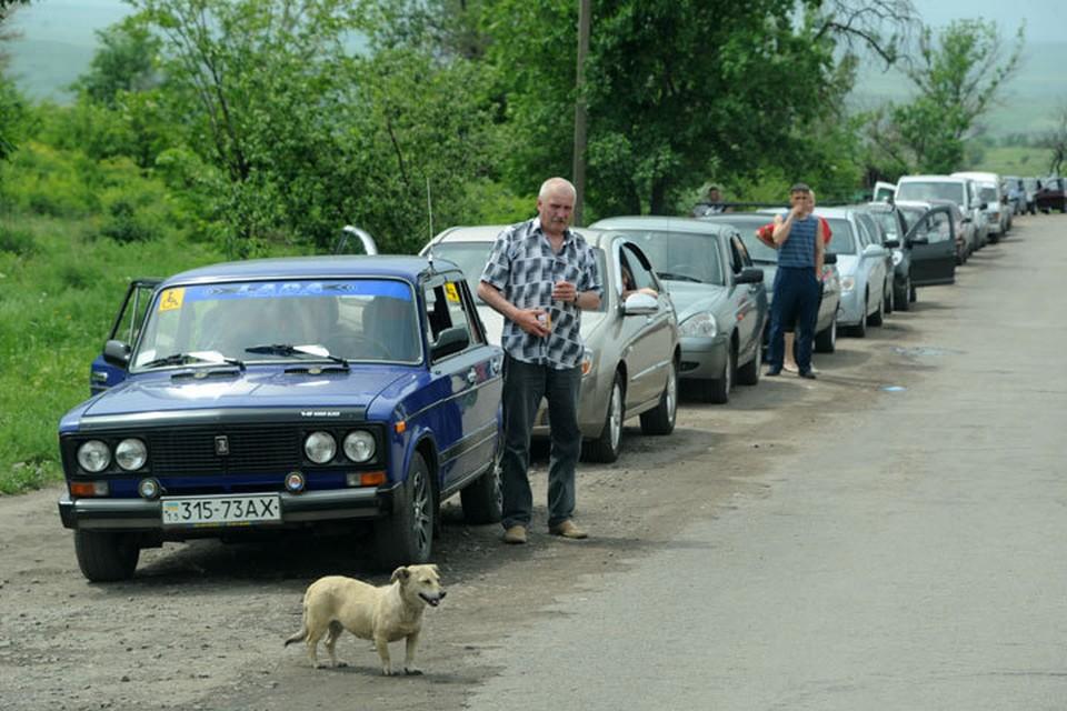 На границе Украины и Крыма - очереди из желающих покинуть Незалежную.