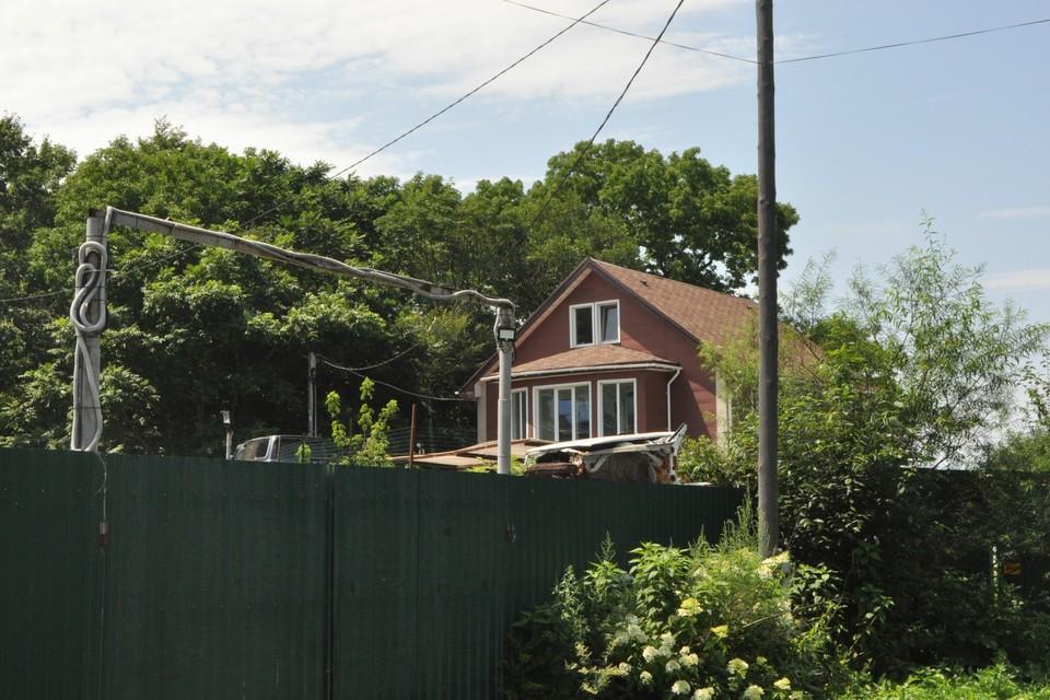 Элитный район в пригороде Владивостока, опрятный коттедж, высокий забор, за которым находился реабилитационный центр «Расцвет»