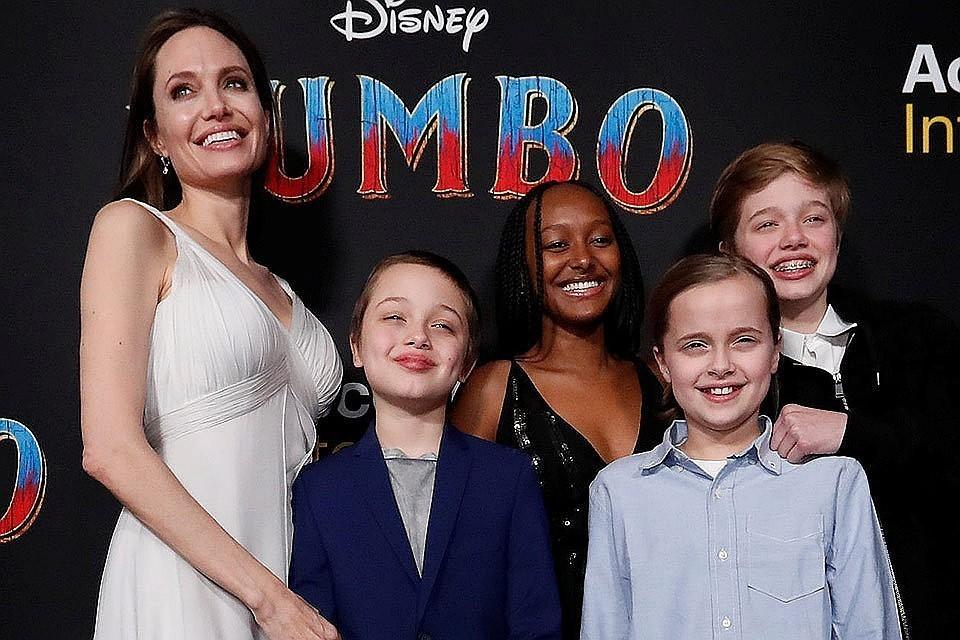 Анджелина Джоли с детьми.