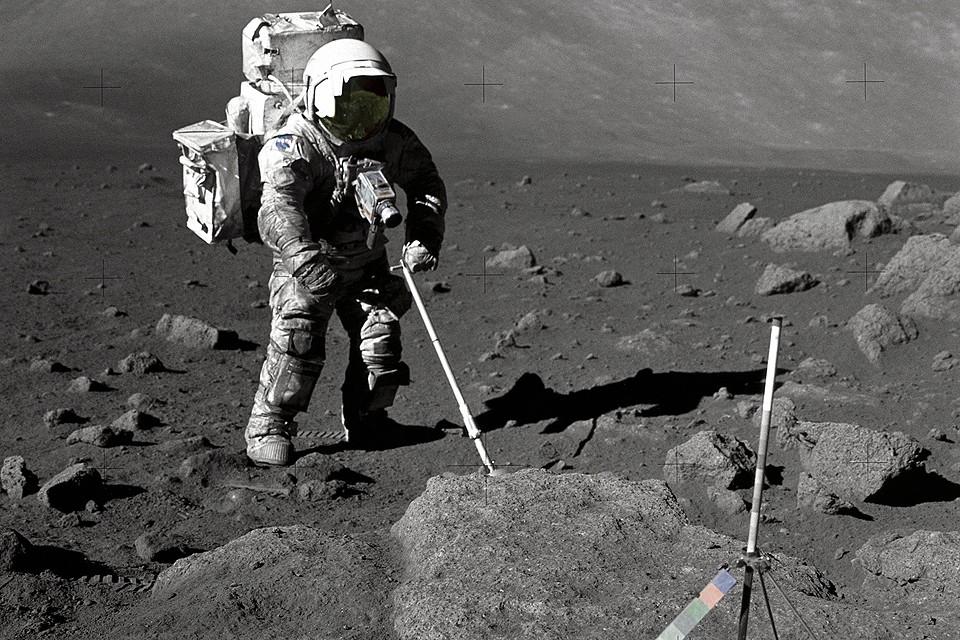 """Астронавт изучает лунный грунт в рамках пилотируемого полета к спутнику земли """"Аполлон-17"""", 1972 год."""