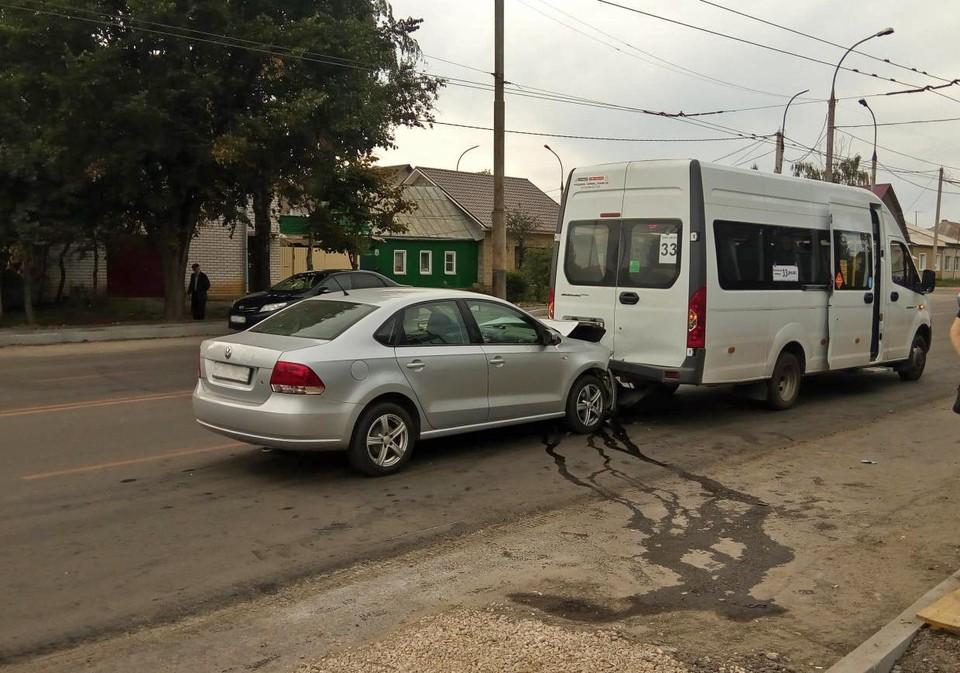Водитель не справился с управлением и врезался в маршрутку
