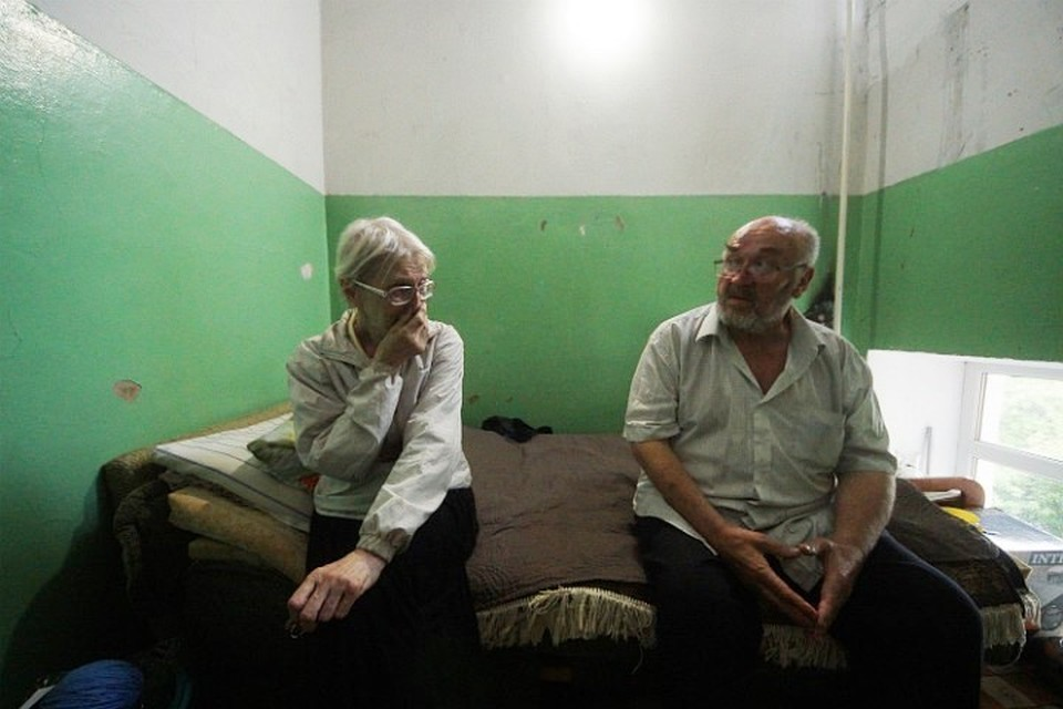 Пожилые люди живут прямо на лестничной площадке