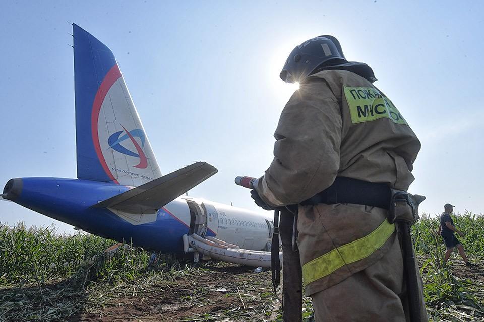 Посадивших аварийный самолет пилотов обвиняют в «соучастии в нелегальном перемещении людей на оккупированную захватчиками территорию».