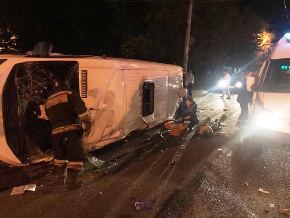 Автобус проволокло по асфальту после падения. Фото: УБЖ Челябинска.