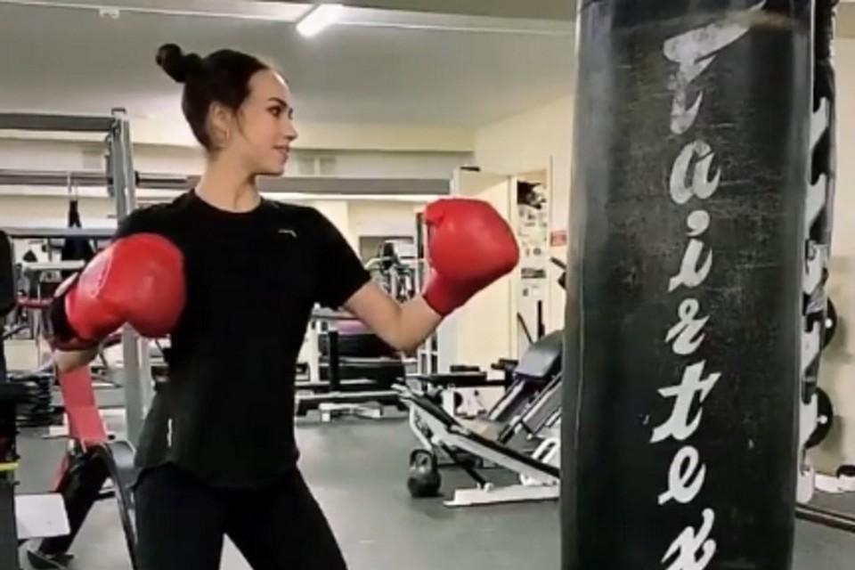 Алина Загитова в боксерских перчатках покорила фанатов.