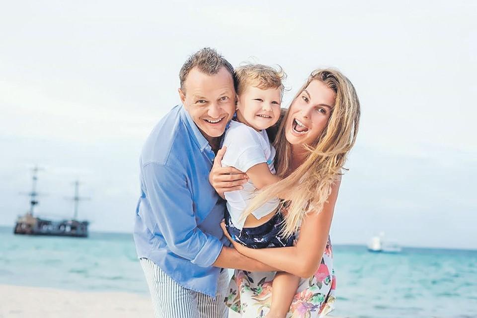 Марат уверен, что развод - это формальность, поэтому, когда экс-супруга Лиза и сын Марсель отправляются на очередной зарубежный курорт, он обязательно их там навещает. Фото: instagram.com/marabash1