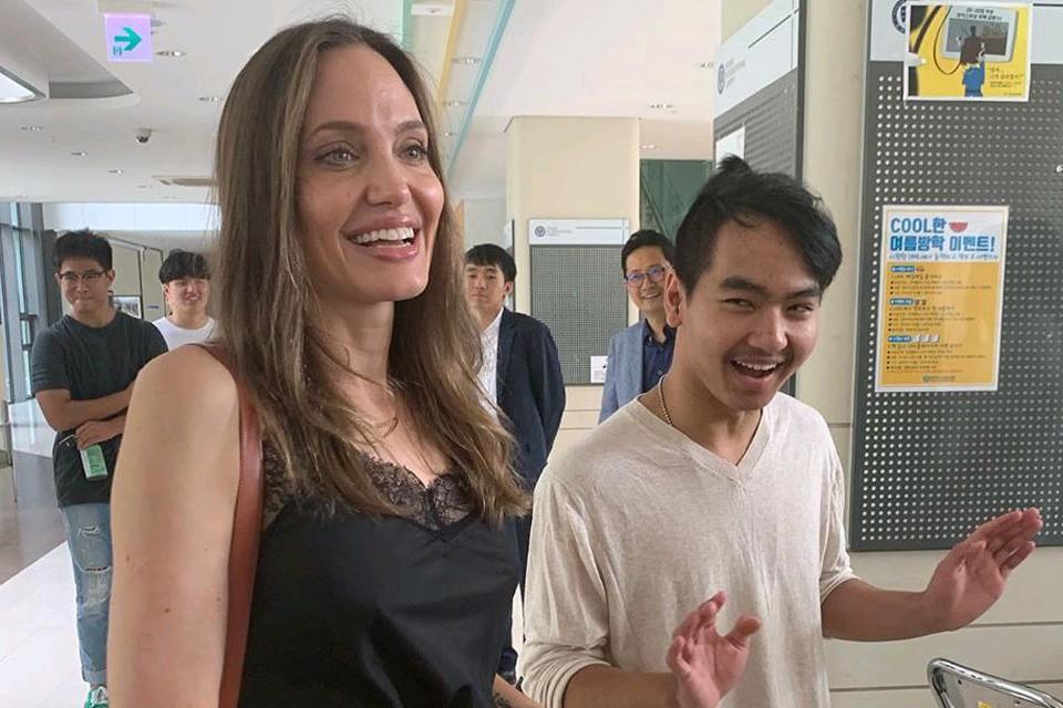 Анджелина Джоли с сыном Мэддоксом.