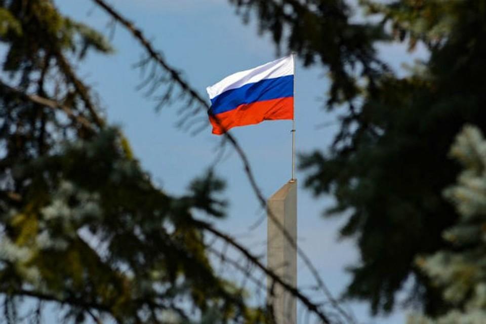 Дончане мечтают, чтобы белая полоса российского флага уже сменила черную. Фото: ДАН