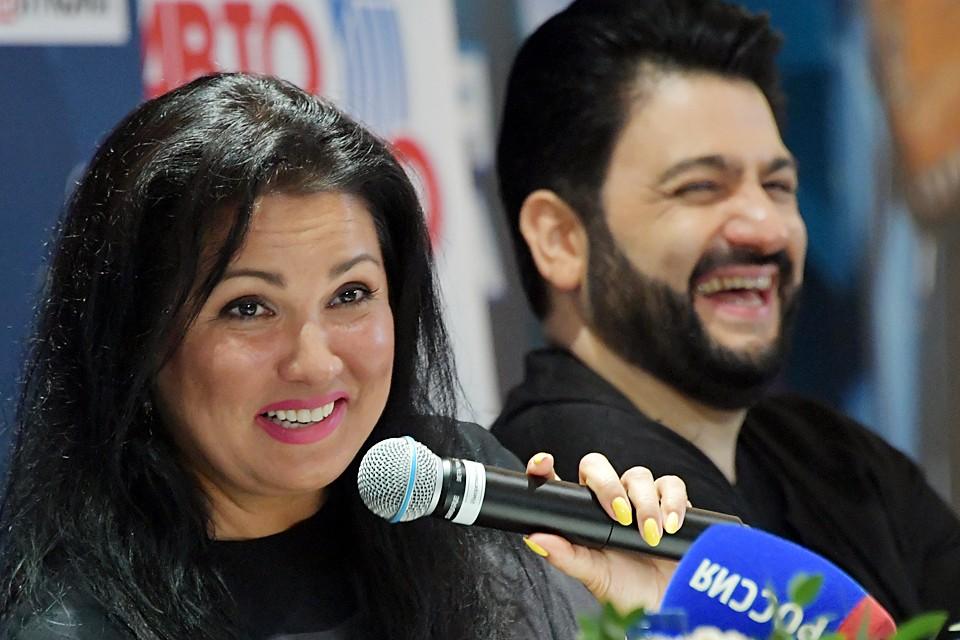 Анна Нетребко с супругом и оперным певцом Юсифом Эйвазовым на пресс-конференции