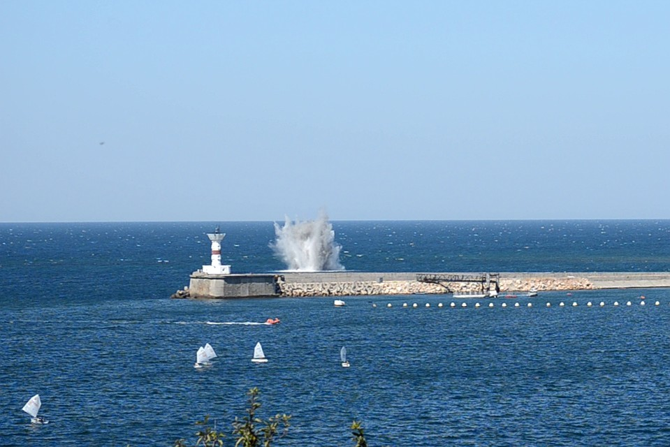 У побережья Севастополя взорвали авиабомбу