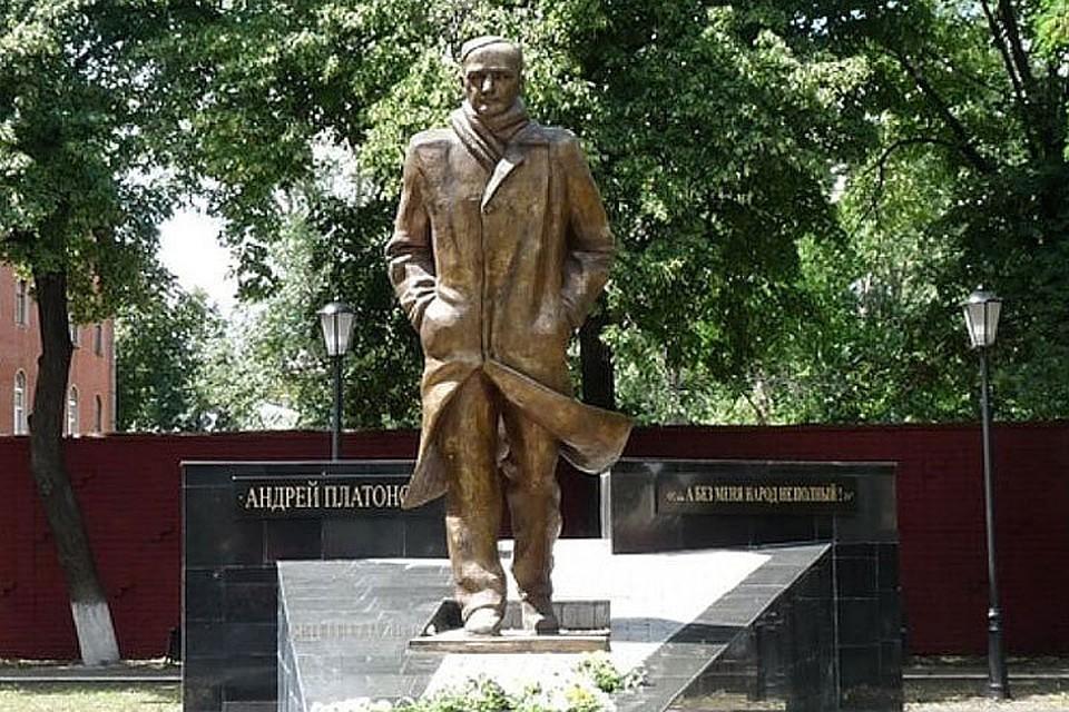 Памятник писателю на проспекте Революции.
