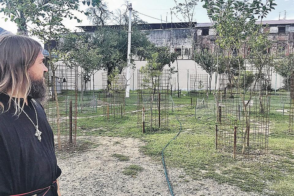 Батюшка Андрей показывает журналисту «Комсомолки» абхазскую тюрьму в Драндах. Ее от храма отделяет лишь забор и сад. По ночам воры там закатывают «дискотеки»...