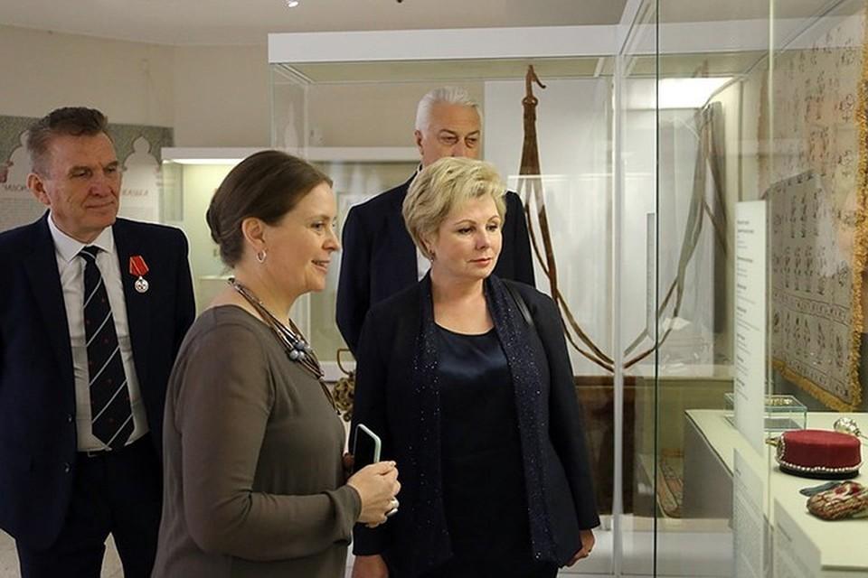 За спиной у Гагариной стоит ее муж Владимир Аркадьевич Вычужанин.