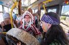 По центру Севастополя в троллейбусе разъезжали индейцы