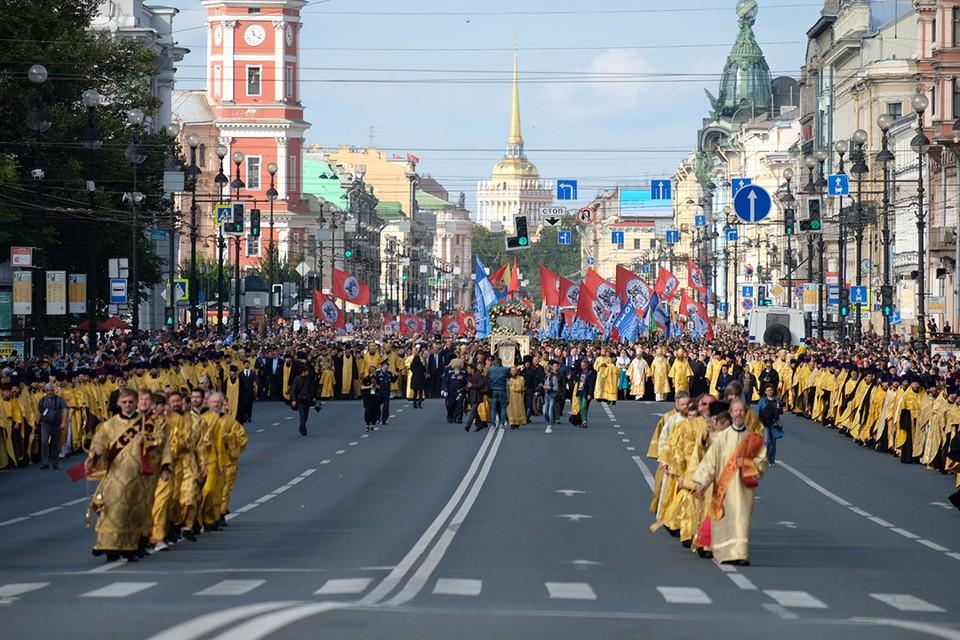 Крестный ход 12 сентября 2019 года в центре Петербурга создал транспортный коллапс в городе.