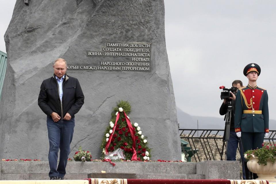 Путин у мемориала в Дагестане. Фото: Михаил Метцель/ТАСС