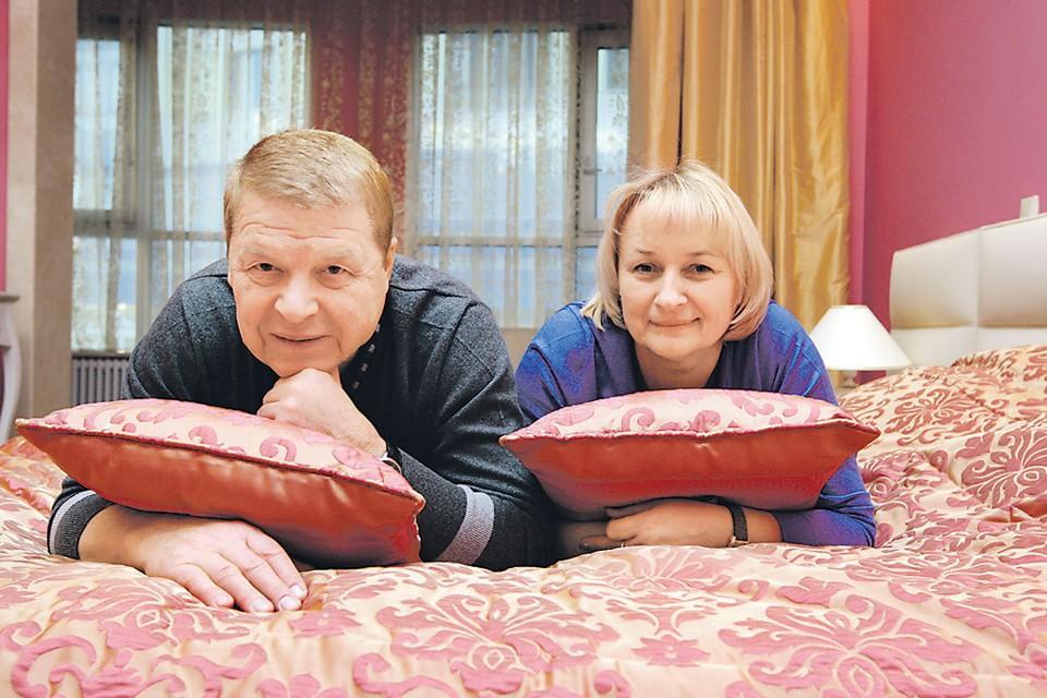 Всего несколько лет назад, когда было сделано это фото, жизнь Михаила и его жены казалась безоблачной. Теперь Наталья Лепехина ухаживает за супругом, который перенес инсульт.
