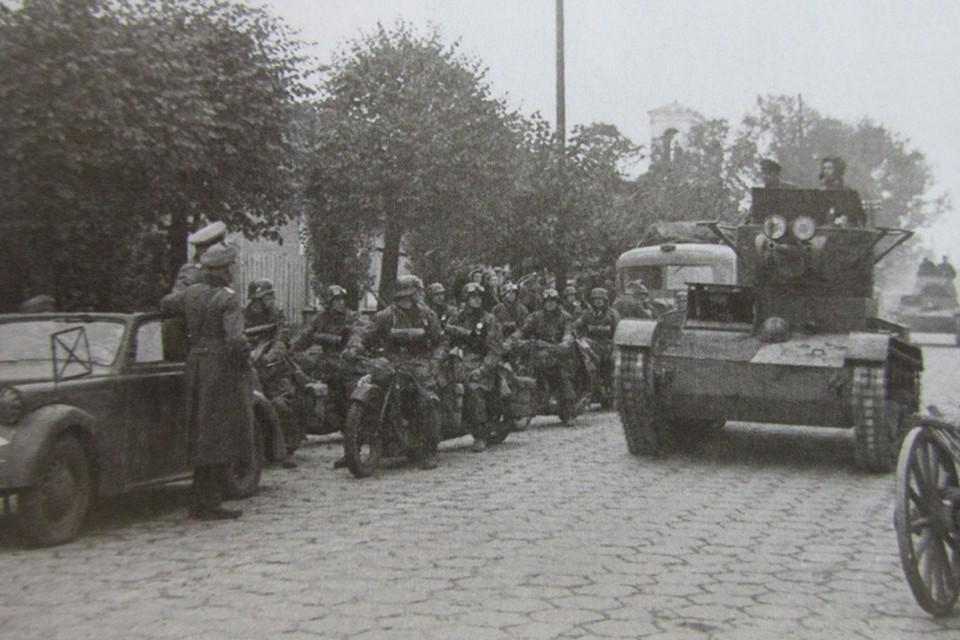 22 сентября 1939-го. Немецкие мотоциклисты смотрят, как танки Красной армии входят в Брест.