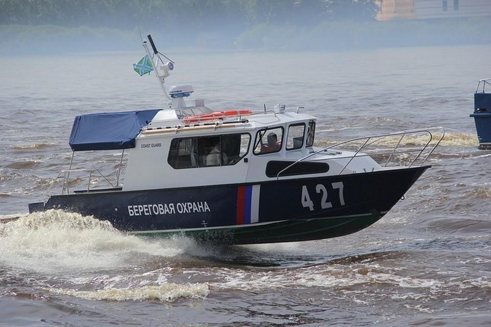 Ряд СМИ заявили, что пострадавших военнослужащих могут перевезти на берег вертолетом
