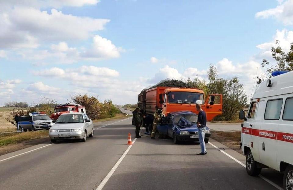 В ДТП пострадали водитель большегруза и пассажир ВАЗа