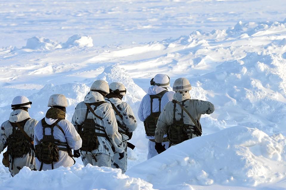Российские десантники во время арктических учений.
