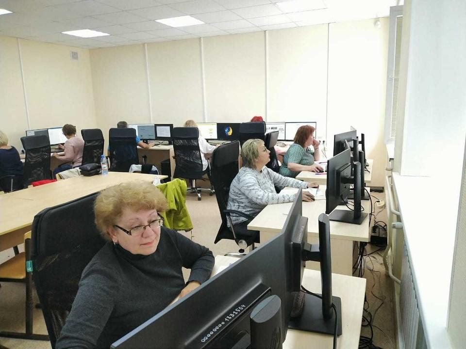 Наргиз Курбанова (на переднем плане) с одногруппниками. Автор фото: Софья СЕВАСТЬЯНОВА
