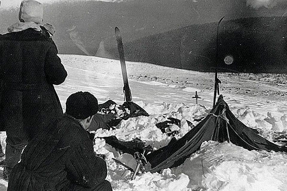 Пришедшие на перевал спасатели сперва увидели лишь разрезанную палатку, которую занесло снегом, а позже они нашли и тела туристов вдалеке от нее. Фото: из материалов уголовного дела 1959 года