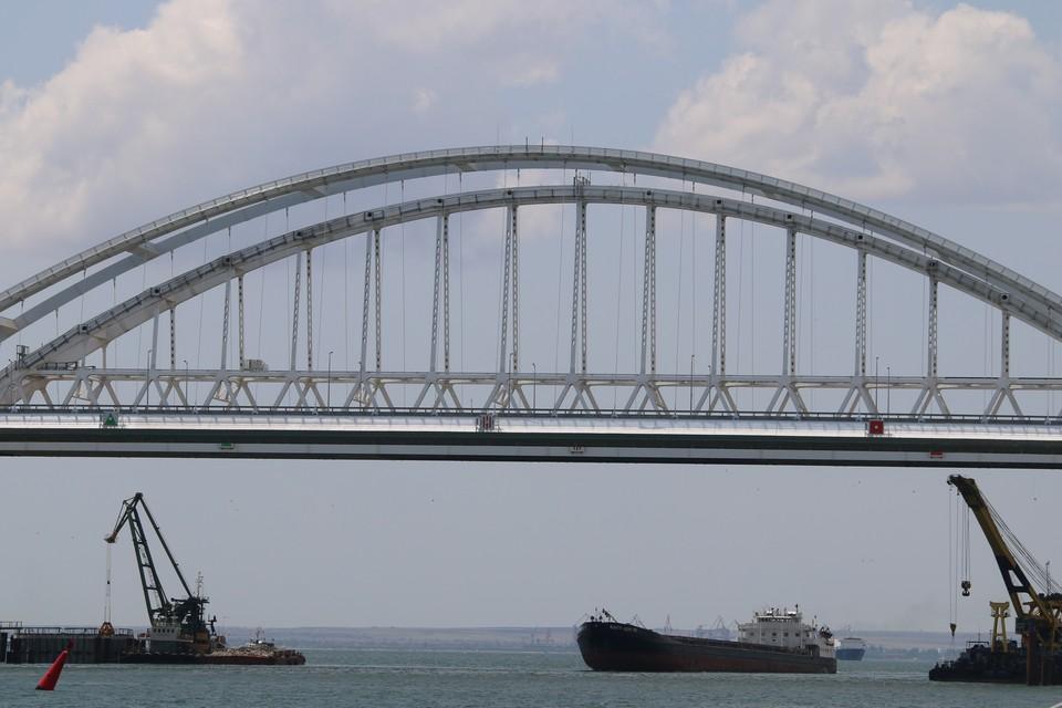 Люди с нетерпением ждут начала движения поездов по Крымскому мосту