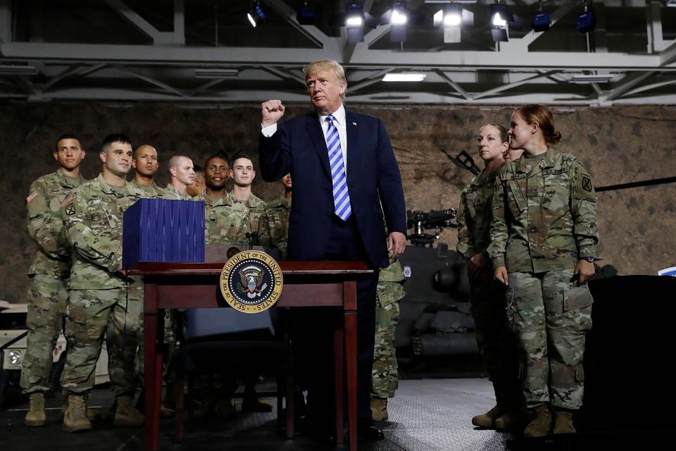 Президент США Дональд Трамп в окружении американских военных
