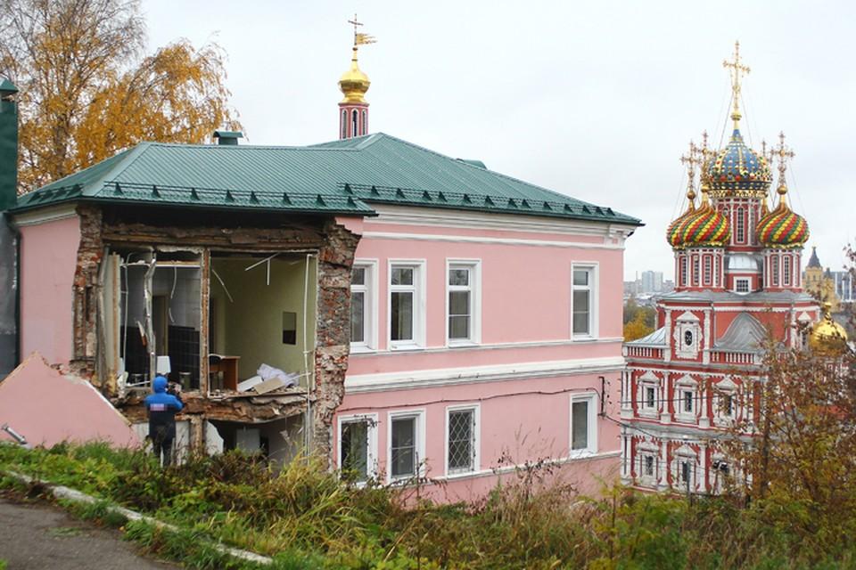 Опубликованы фотографии с места обрушения здания православного училища в Нижнем Новгороде.