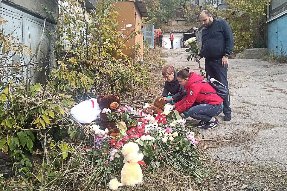 Саратов. Жители города несут мягкие игрушки и цветы к гаражному комплексу, где было найдено тело ранее пропавшей 9-летней девочки. Фото Алексей Кошелев/ТАСС
