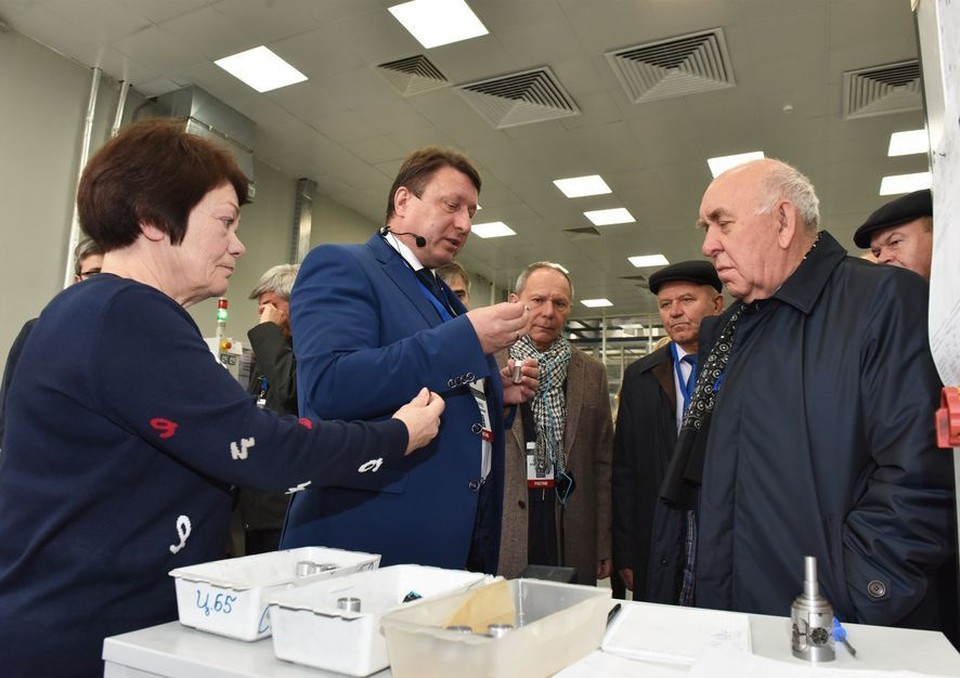 Руководитель завода провел экскурсию для представителей ФАС. Фото: пресс-служба предприятия