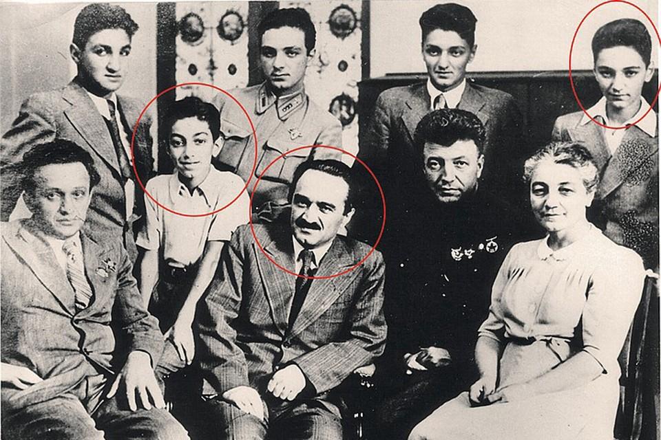 Семья Микоян (конец 1941 - начало 1942 г.). Слева в кружке - сын Анастаса Микояна Серго, справа - Вано. В центре - сам Анастас Микоян
