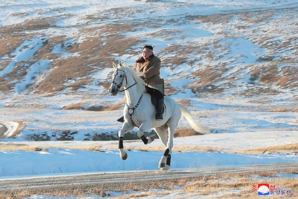 Ким Чен Ын совершил конную прогулку по горе Пэкту.